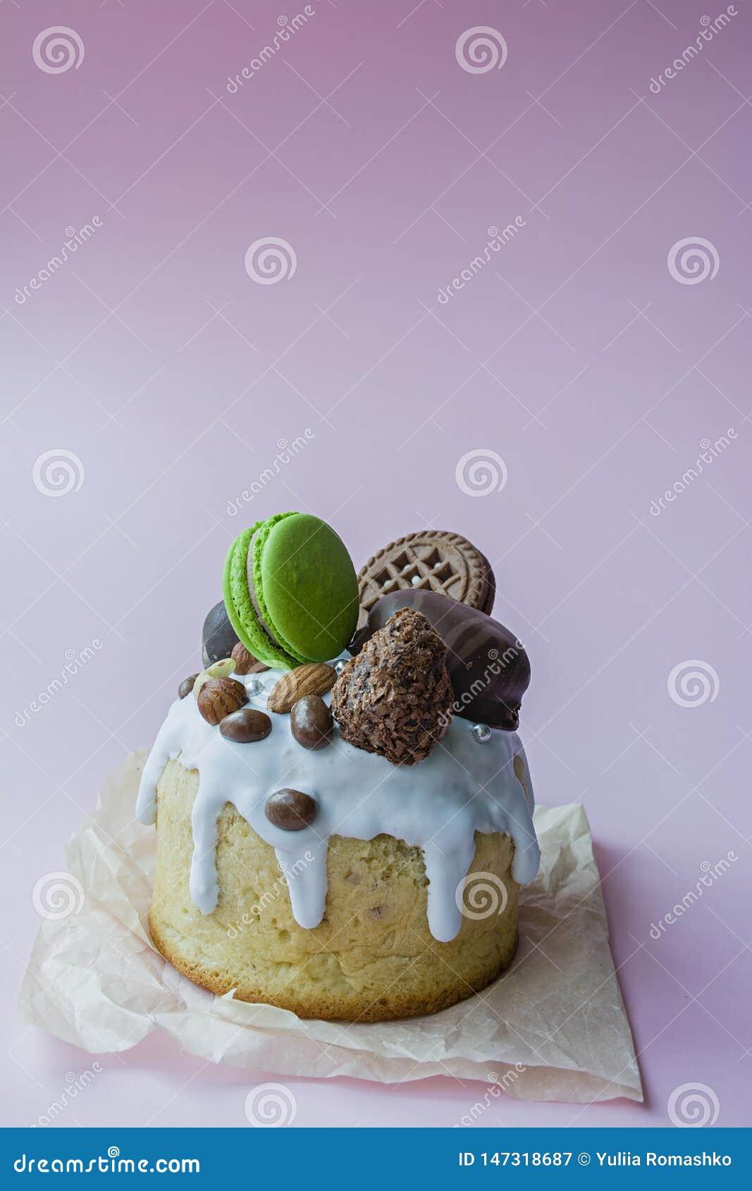 Bolo da P?scoa, da P?scoa decorado com chocolate e bolinhos de am?ndoa Kulich tradicional, p?o da P?scoa Feriado da mola na mem?r
