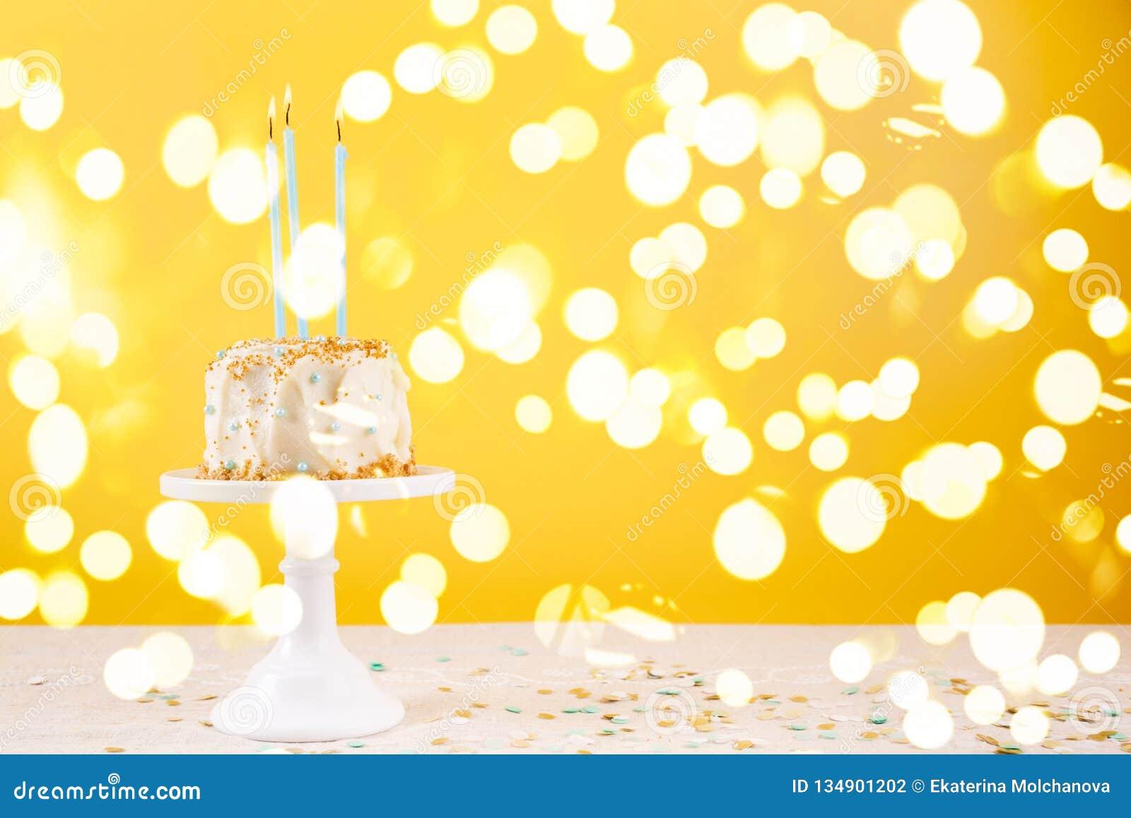 Bolo de aniversário com velas Conceito da celebração da festa de anos