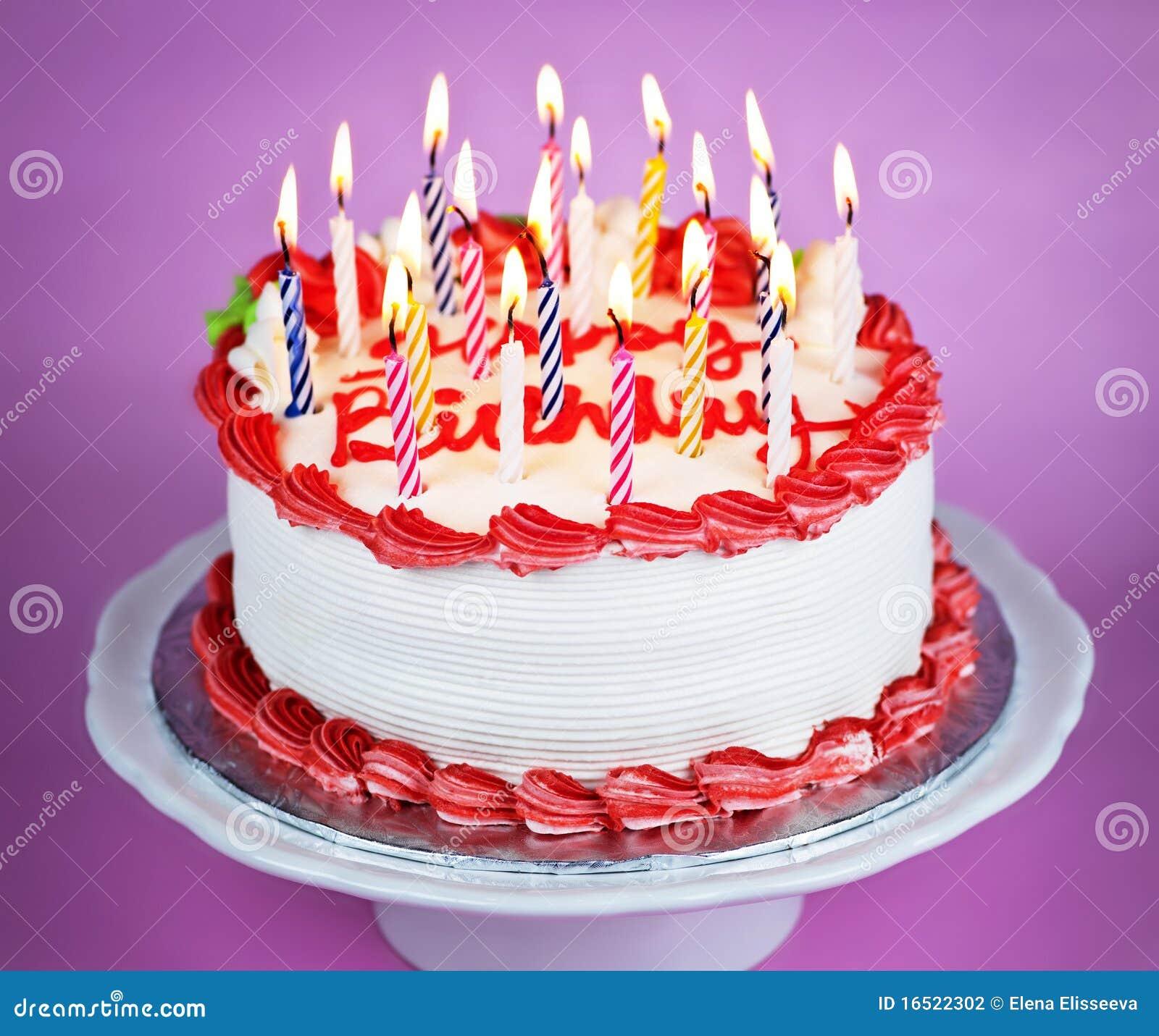 Bolo de aniversário com velas iluminadas