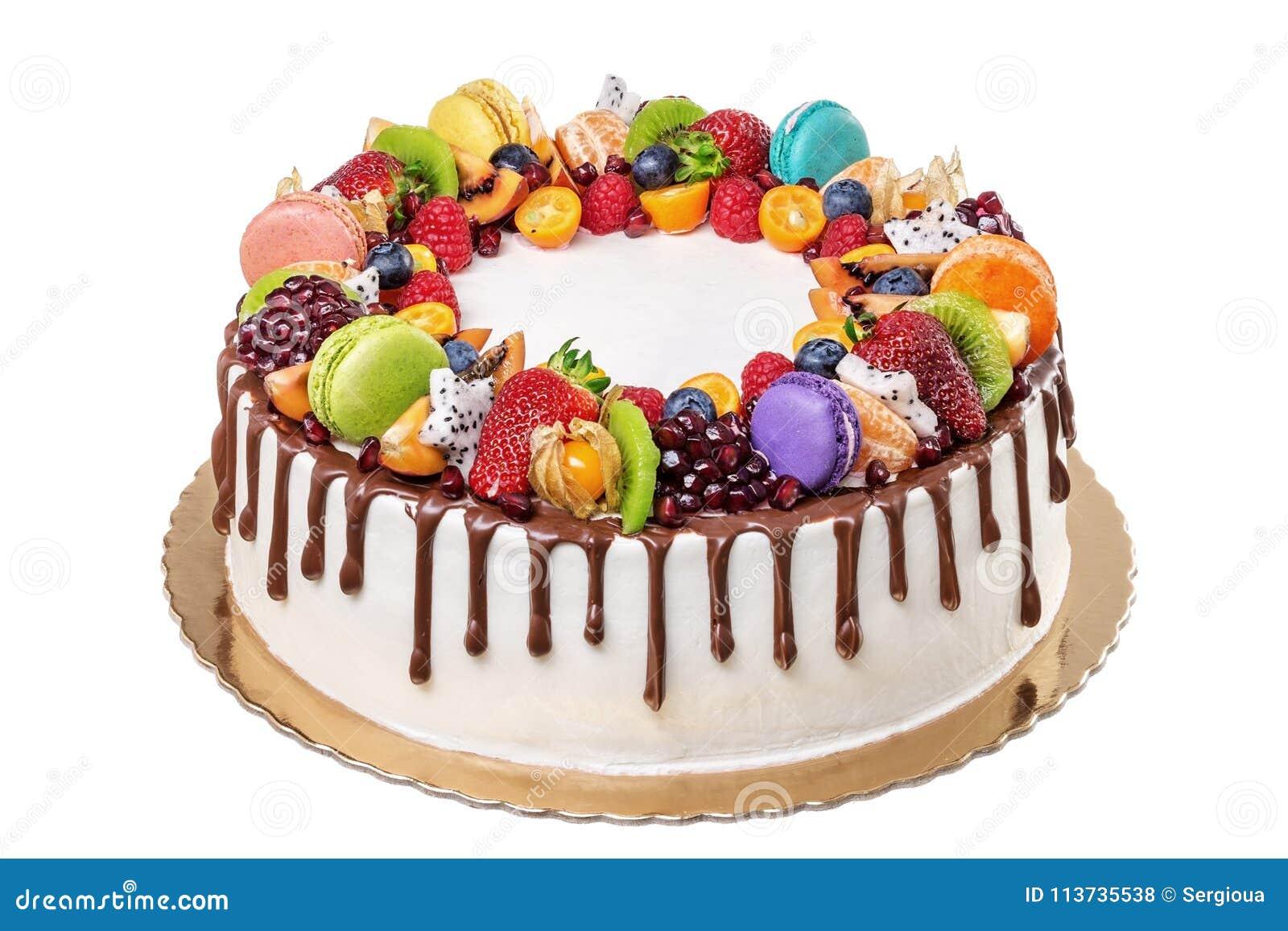 Bolo de aniversário do chocolate do fruto Em um fundo branco