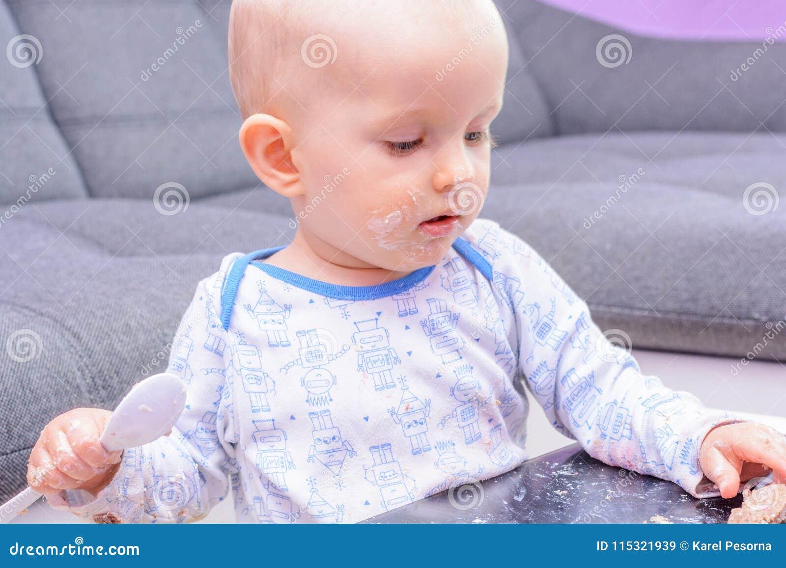 Bolo de aniversário pequeno com uma colher, feliz aniversario da quebra do bebê