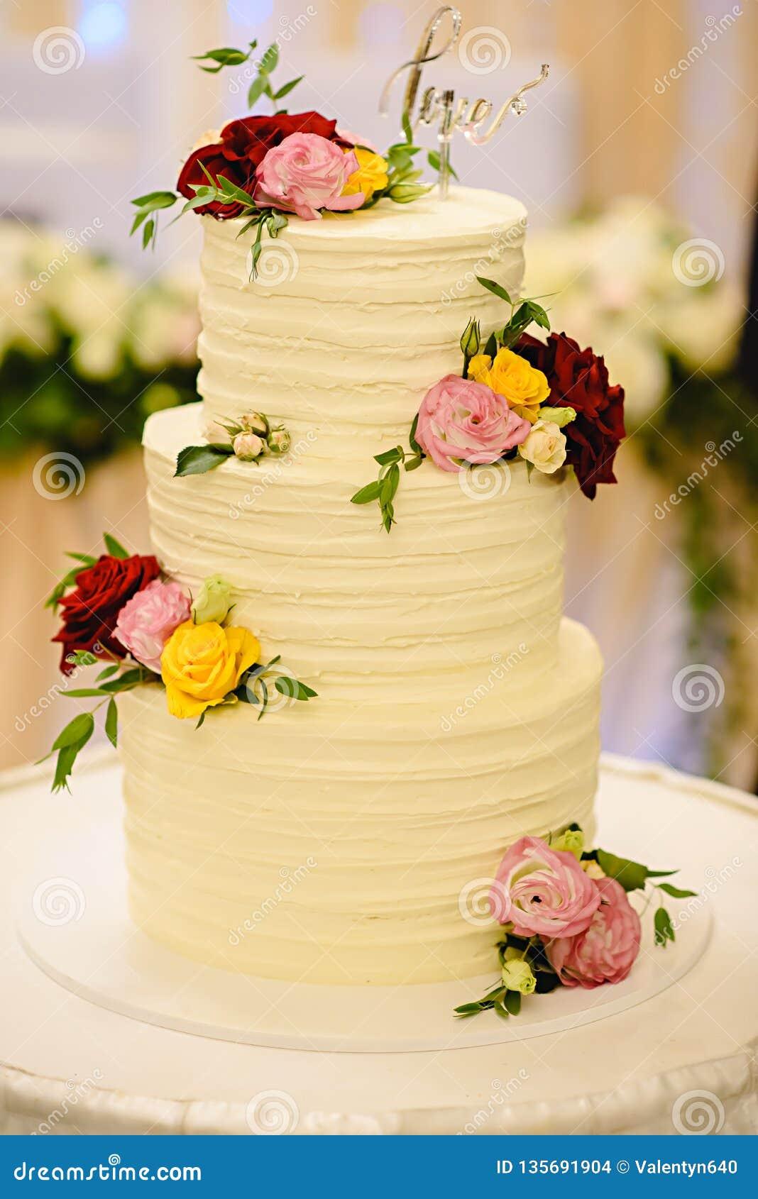 Bolo De Casamento Branco Três Estratificado Decorado Com As