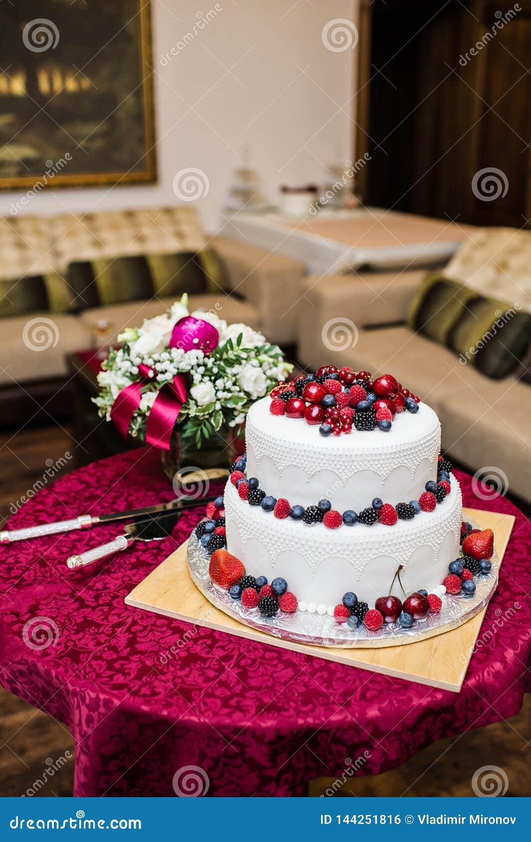 Bolo de casamento clássico com framboesas, morangos, amoras-pretas e mirtilos