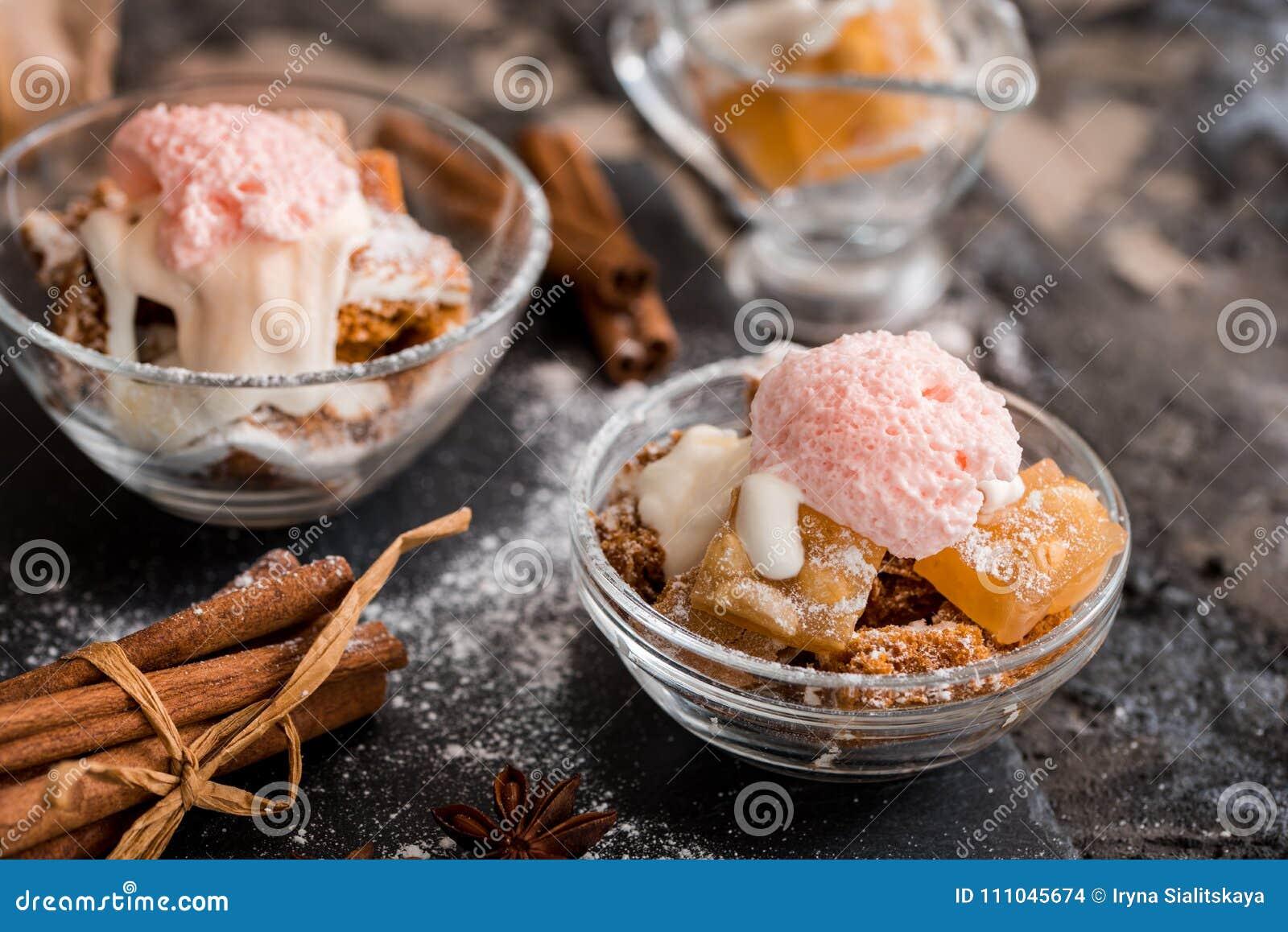 Bolo de cenoura em um frasco com a geada das porcas de noz-pecã, do mirtilo e do queijo creme