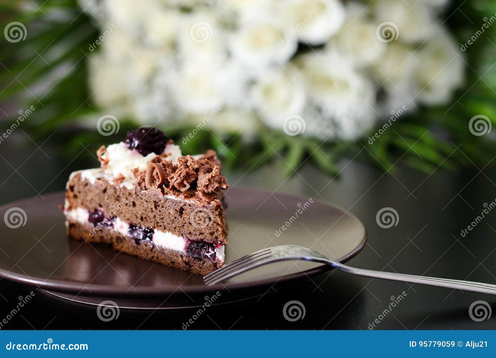 Bolo De Chocolate Da Floresta Negra Com Cereja E Ramalhete