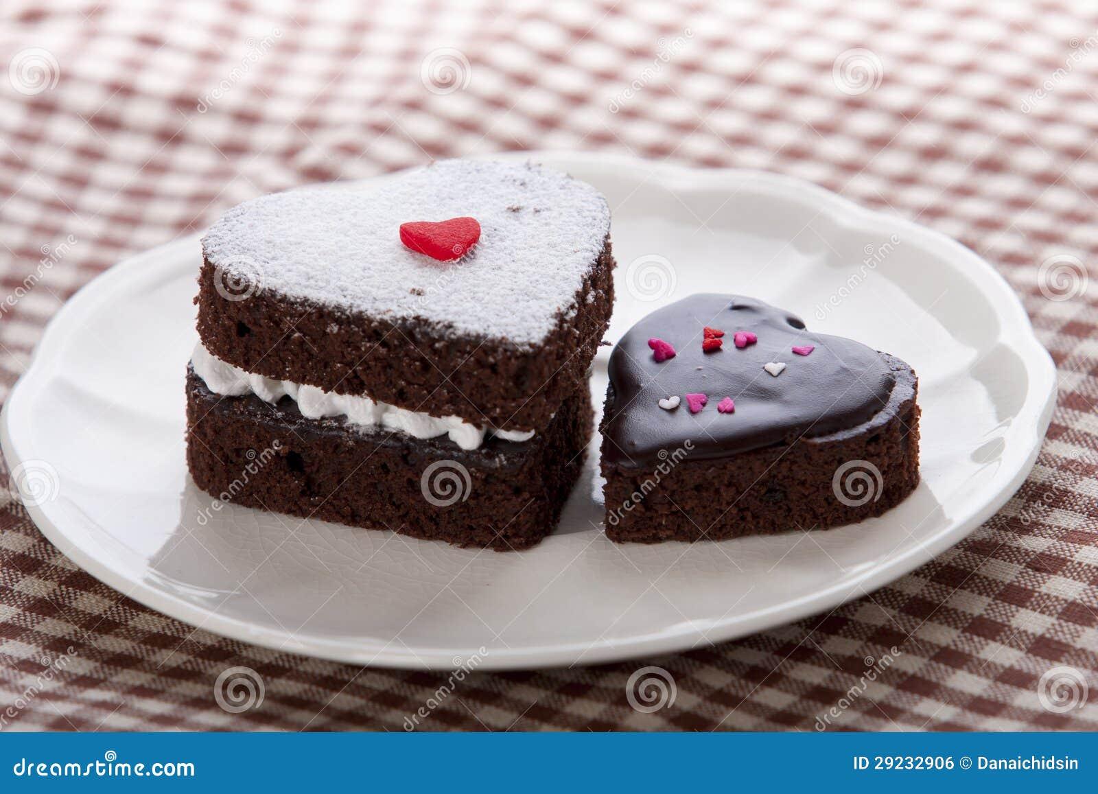 Download Bolo De Chocolate Dado Forma Coração Foto de Stock - Imagem de celebration, branco: 29232906