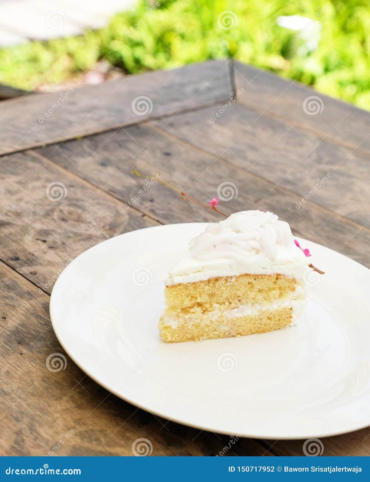 Bolo de coco no prato branco