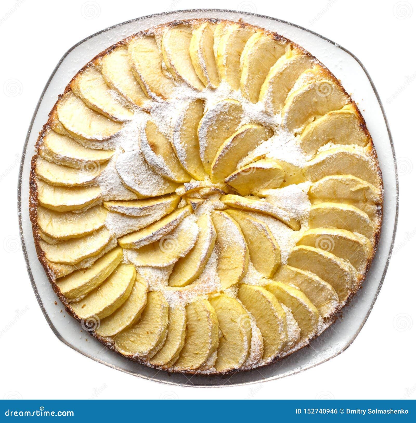 Bolo de maçã caseiro espanado com mentiras do açúcar de crosta de gelo em uma placa em uma opinião superior do fundo branco