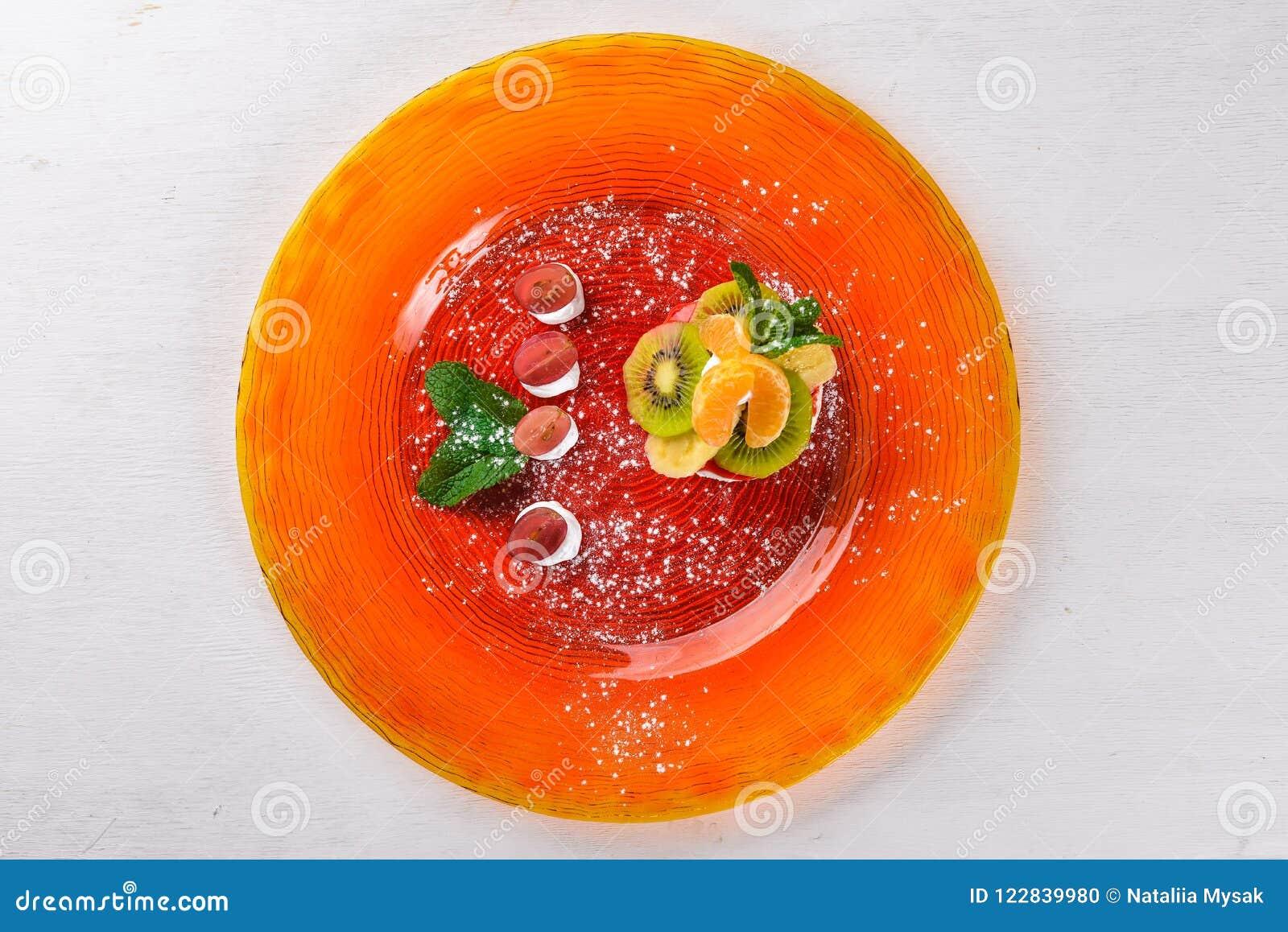 Bolo de queijo com frutos e creme Sobremesa Em uma superfície de madeira