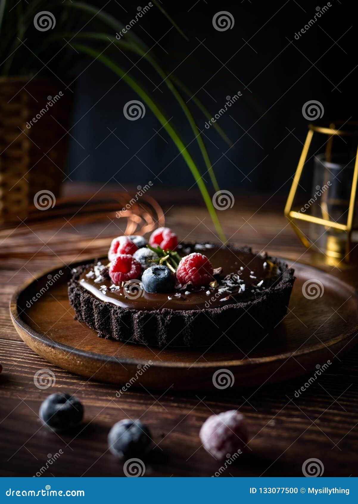Bolo de queijo do chocolate da galdéria com bagas frescas Sobremesa deliciosa