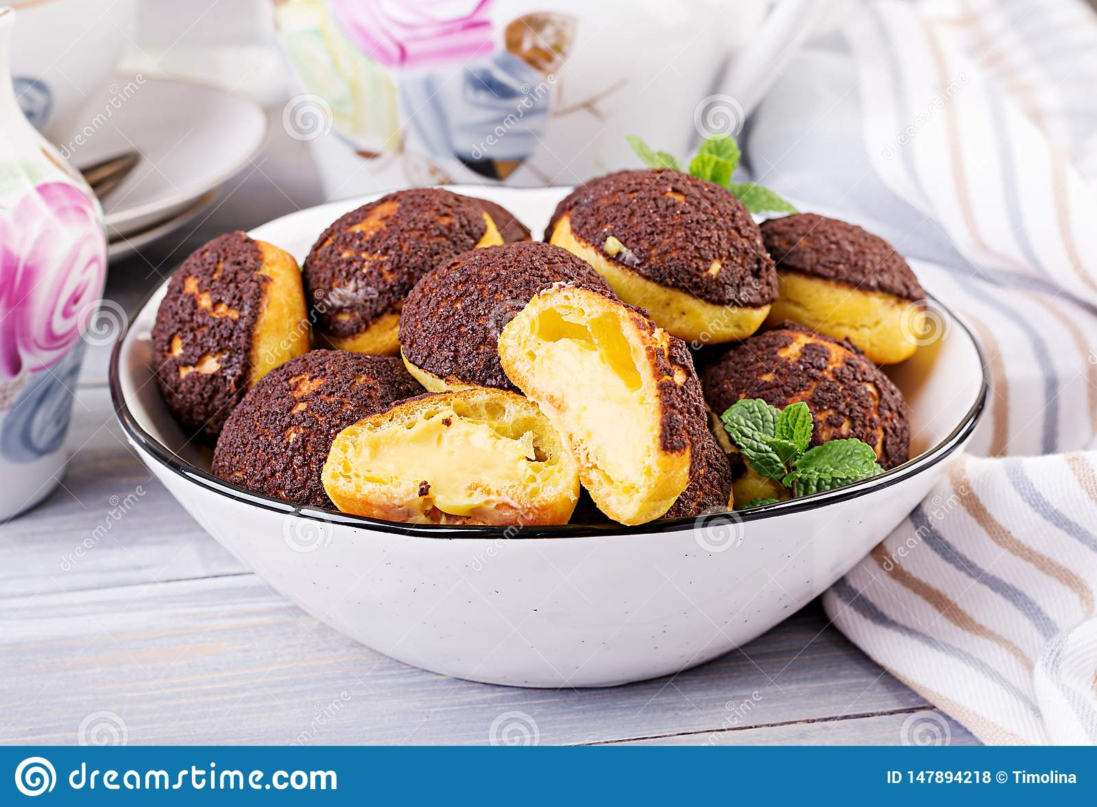Bolo de Shu Profiterole saboroso com creme na placa