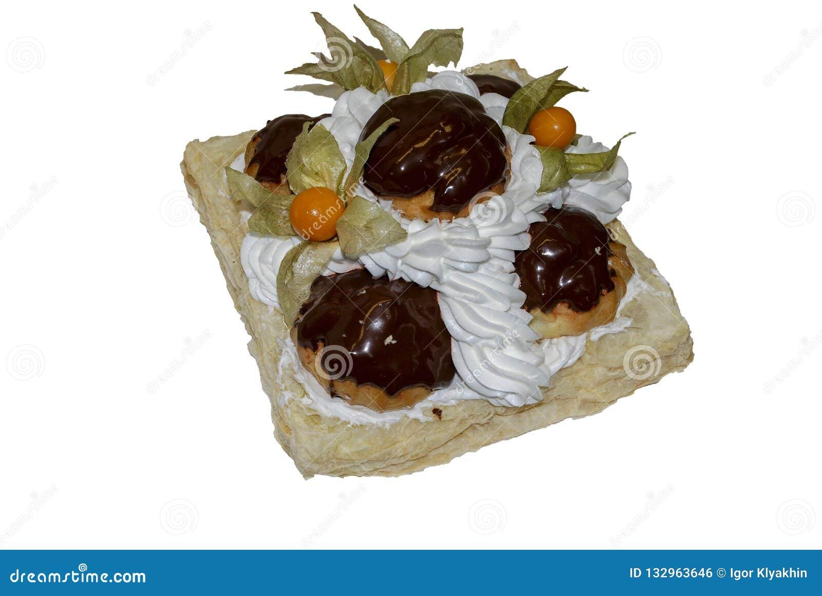 Bolo decorado com profiteroles com chocolate, physalis
