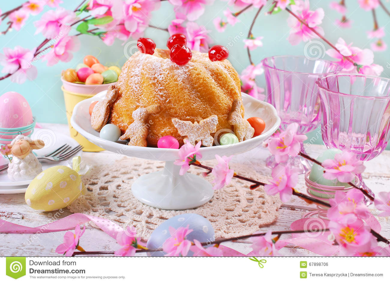 Bolo do anel da Páscoa com decoração da cereja e açúcar de crosta de gelo