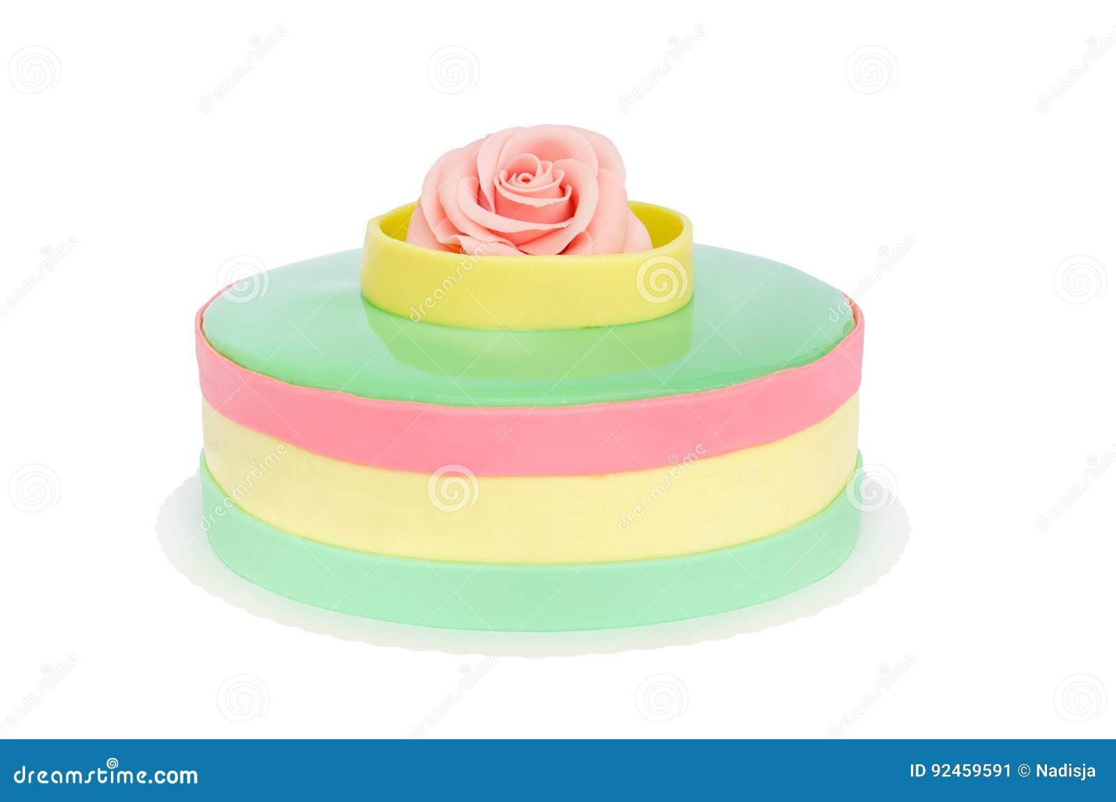 Bolo do aniversário ou de casamento da cor pastel com a rosa isolada