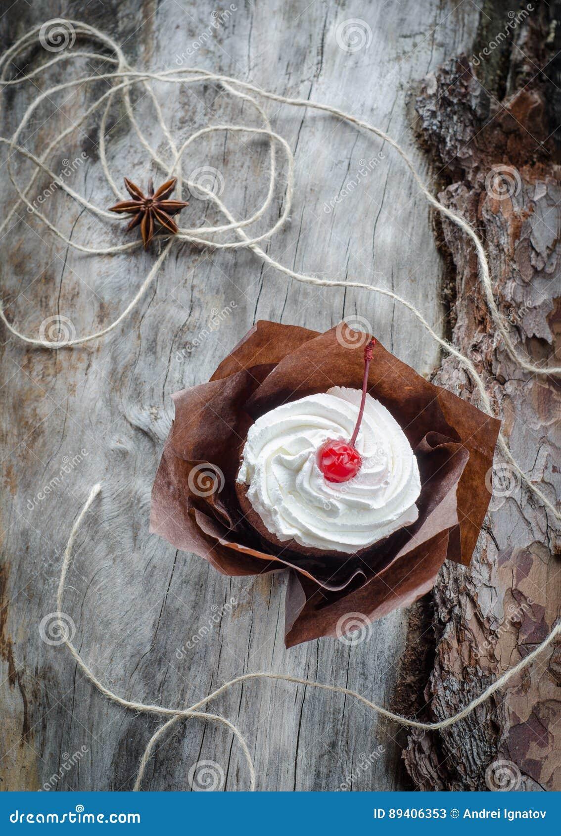 Bolo do close up com cerejas e queijo creme na madeira envelhecida