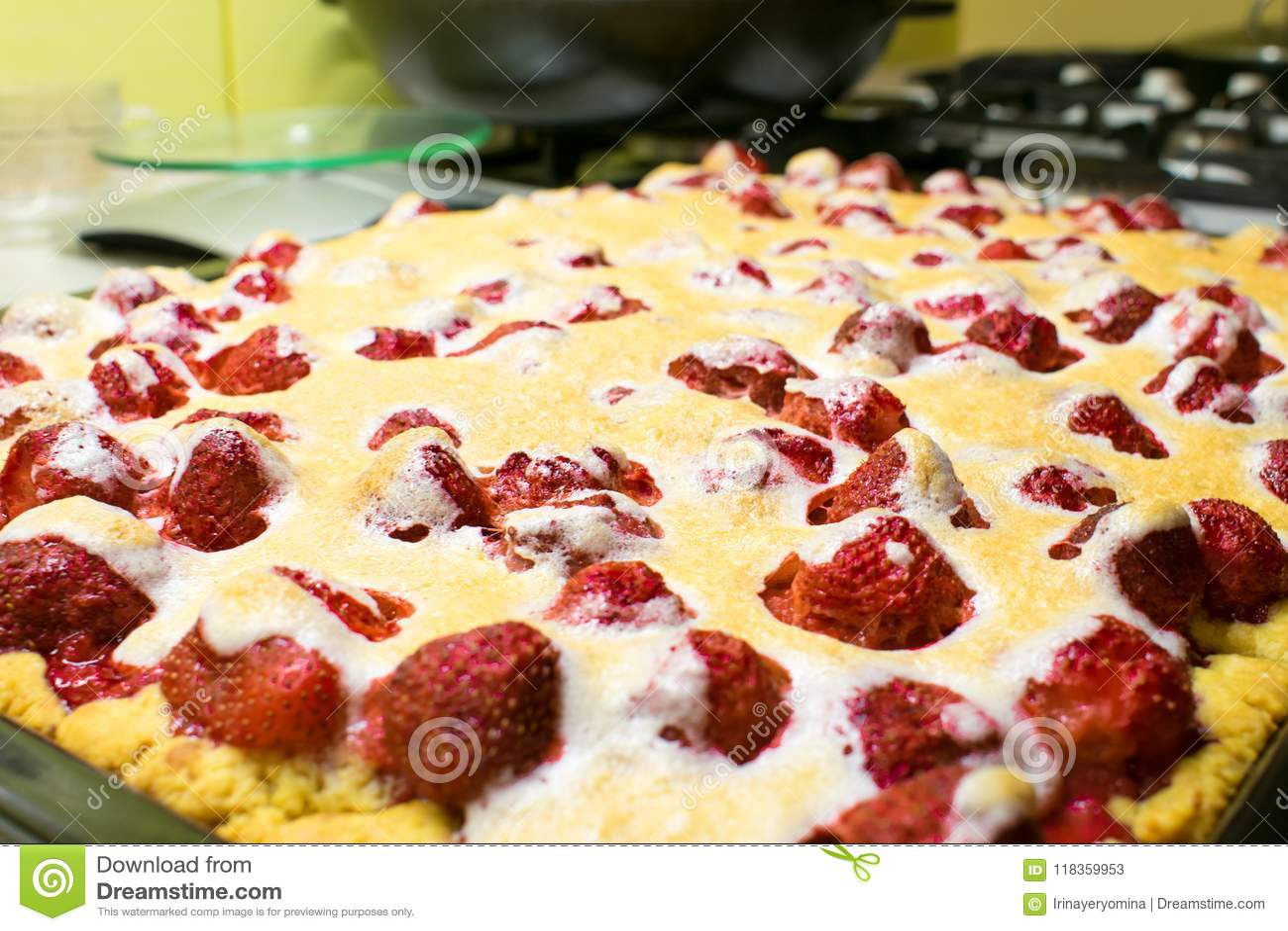 Bolo grande caseiro da galdéria da torta da morango com com as bagas inteiras