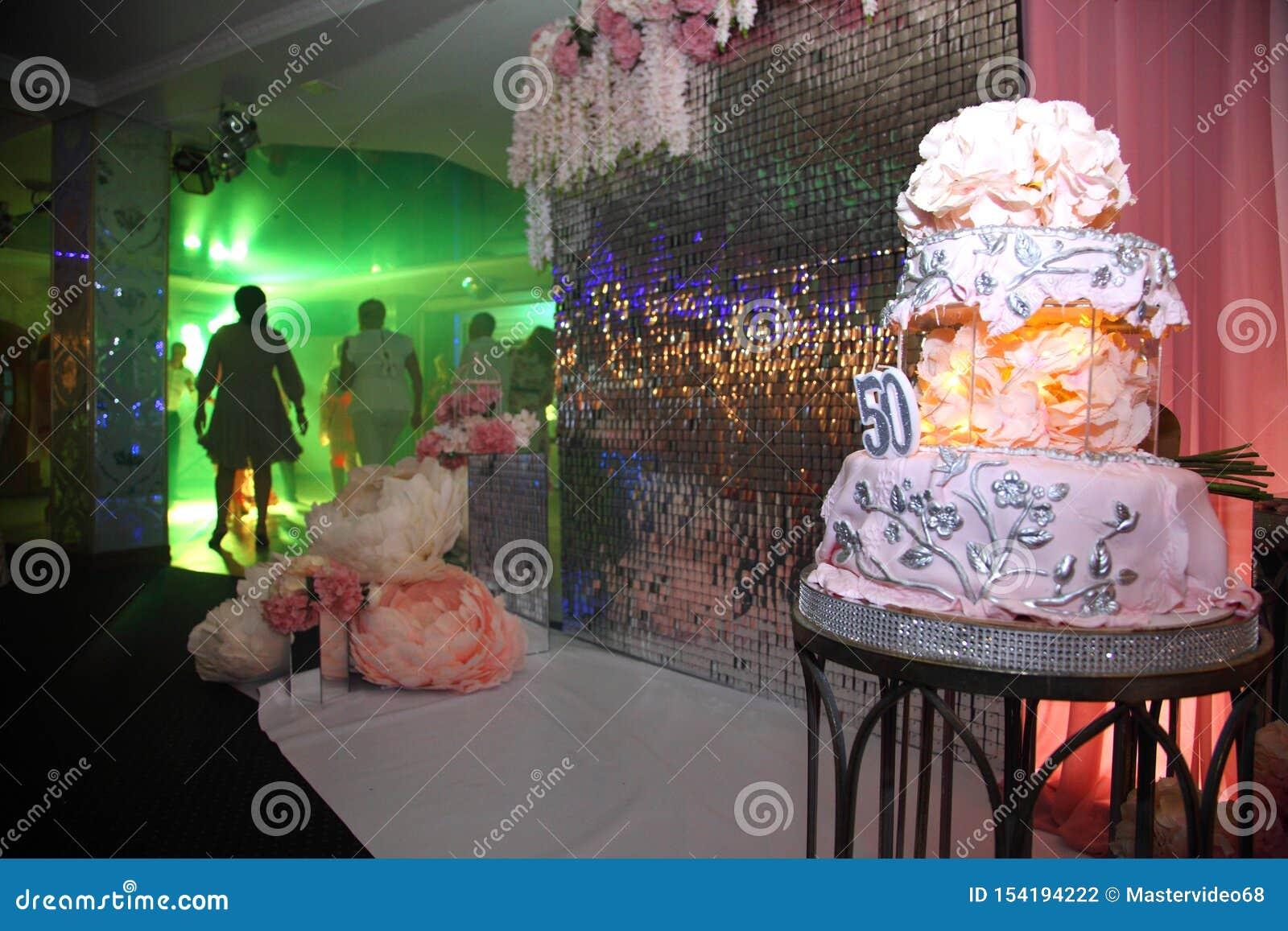Bolo para o 50th aniversário Bolo de aniversário doce com creme cor-de-rosa