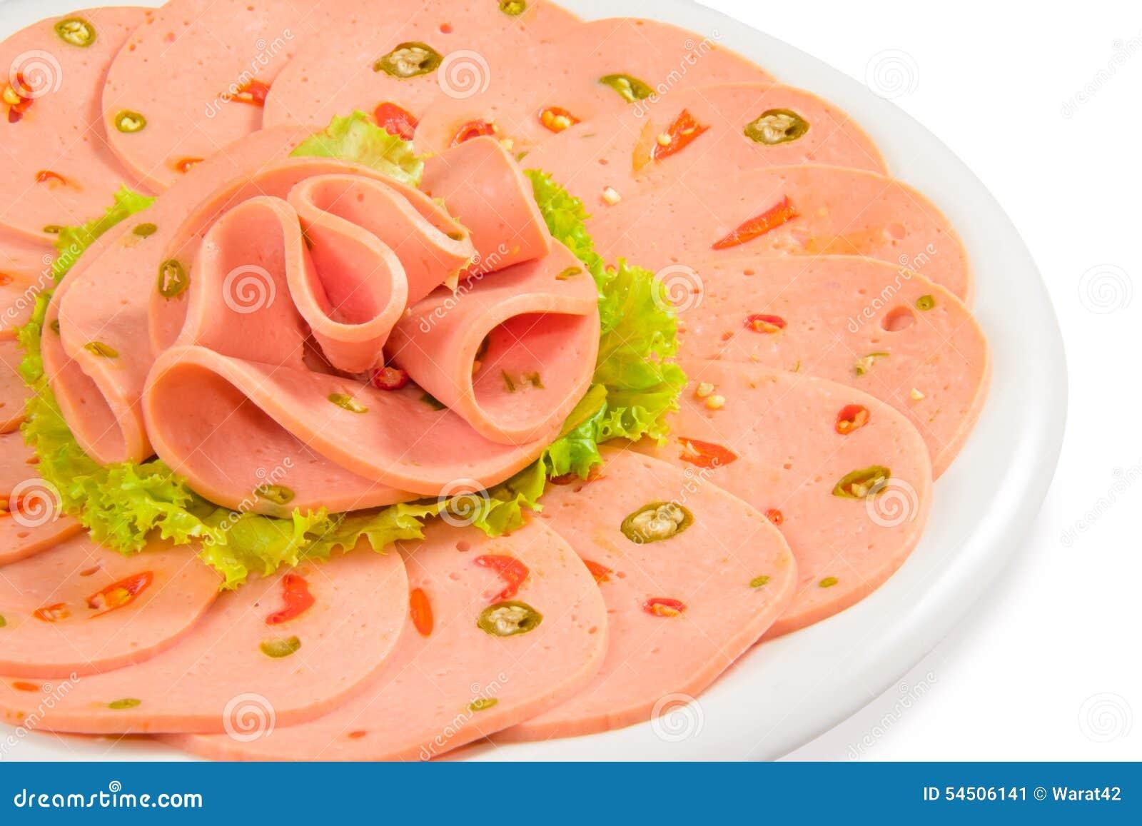 Bologna épicé dans le plat, fond blanc