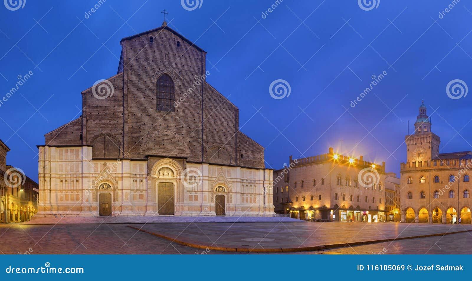 Bologna - die Basilika di San Petronio, Palazzo Comunale und Marktplatz Maggiore-Quadrat in der Morgendämmerung