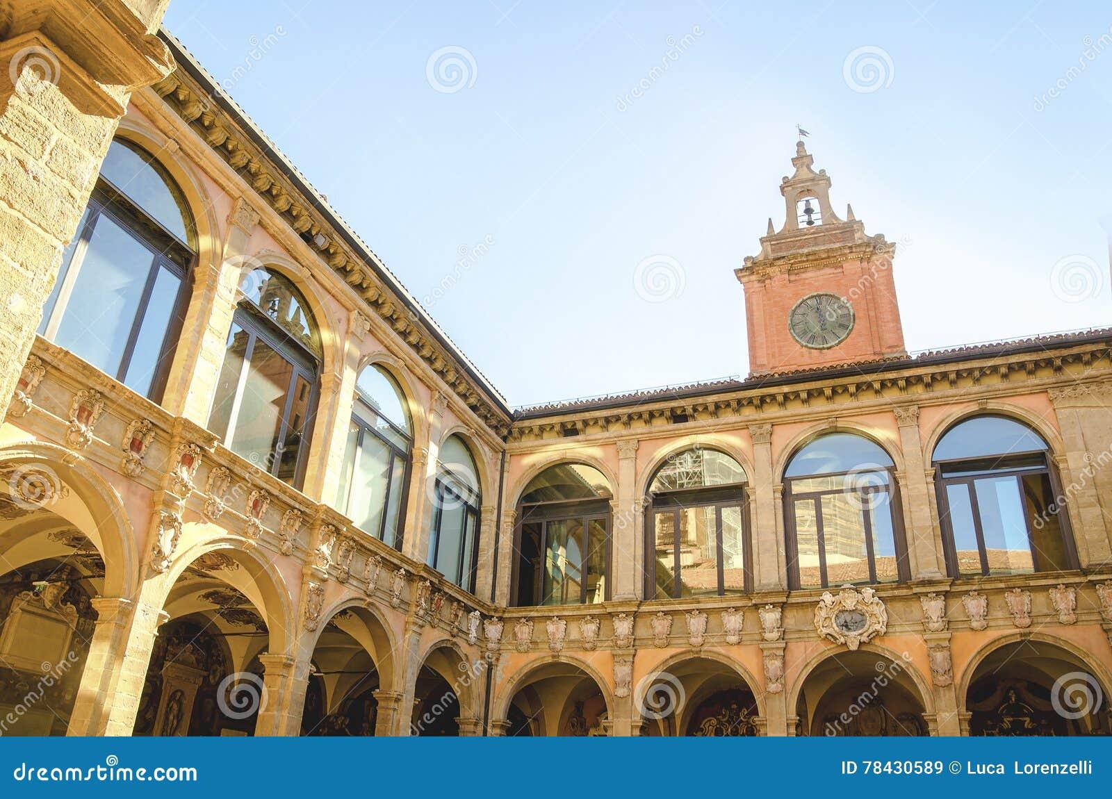 Bolonha, Itália, o 14 de agosto de 2016: O pátio do Archiginnas