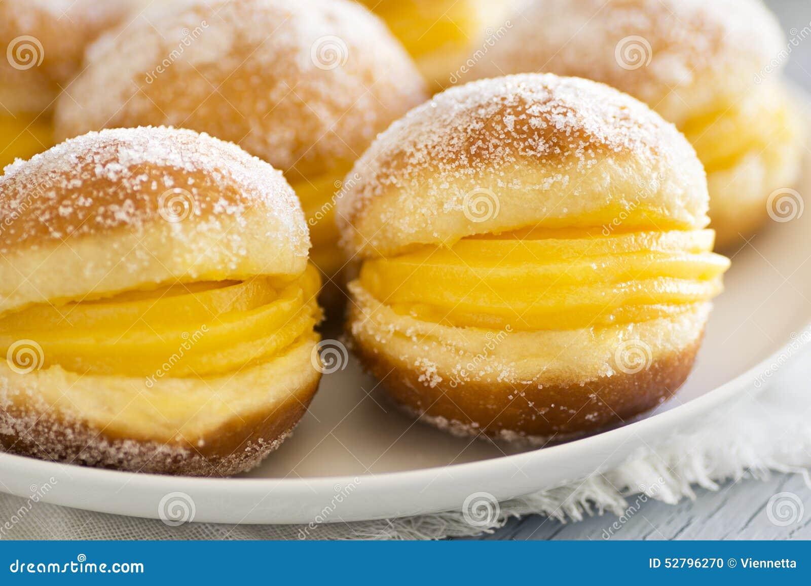 Bolos de Berlim ou Berlin Balls, Fried Dough avec l\u0027oeuf doux photo stock