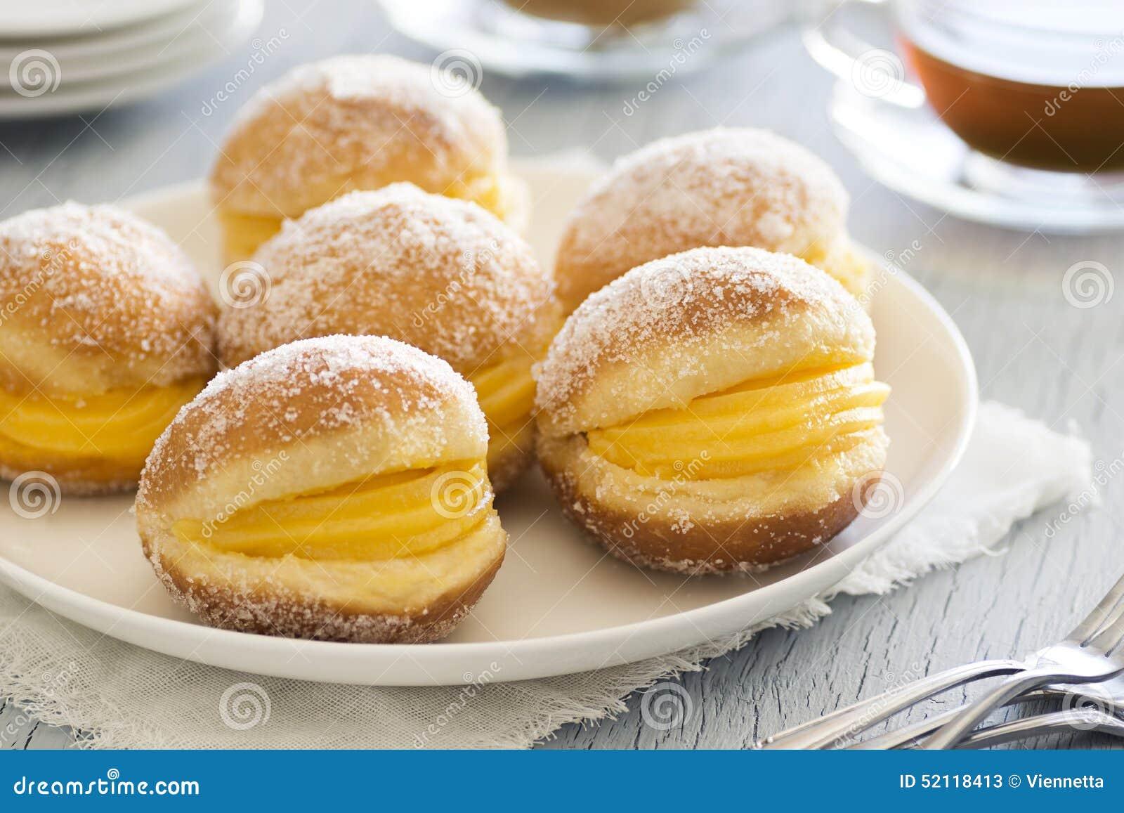 Bolos de Berlim sont les pâtisseries portugaises faites à partir de la pâte  frite roulée en sucre et remplie de taupes d\u0027ovos (l\u0027oeuf doux)