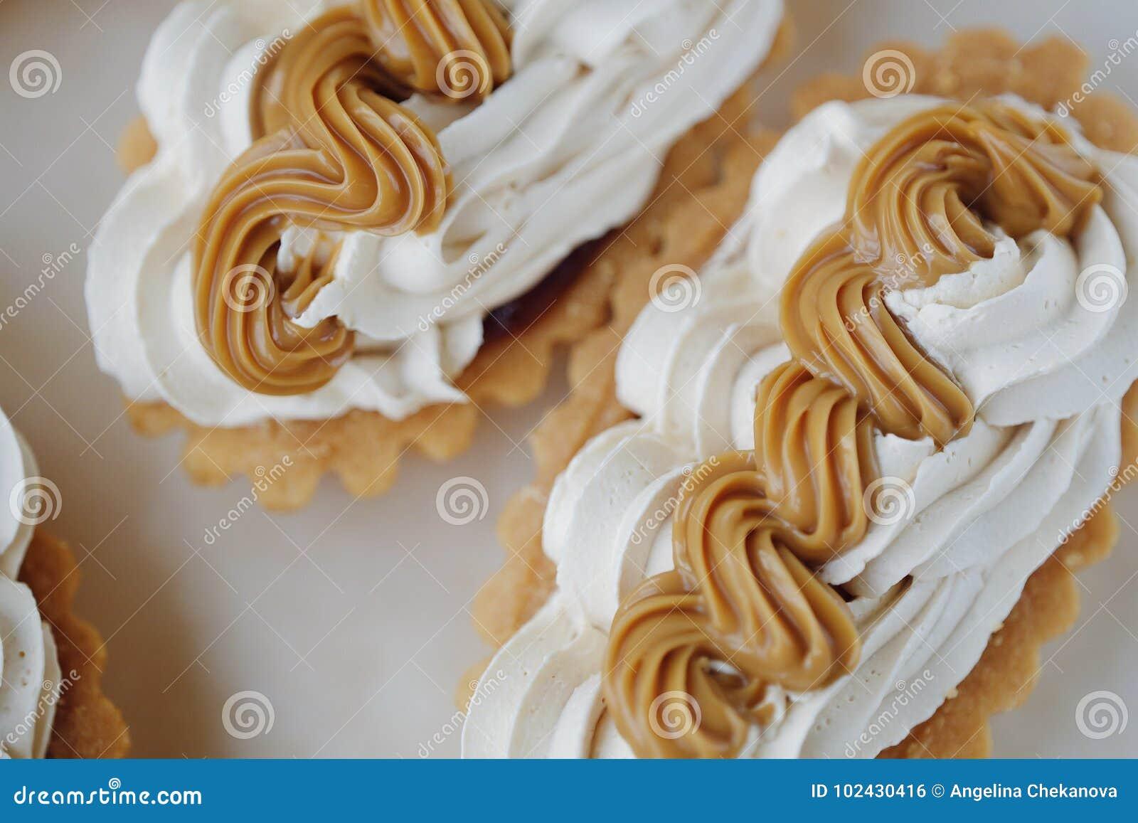 Bolos frescos deliciosos do creme e leite condensado