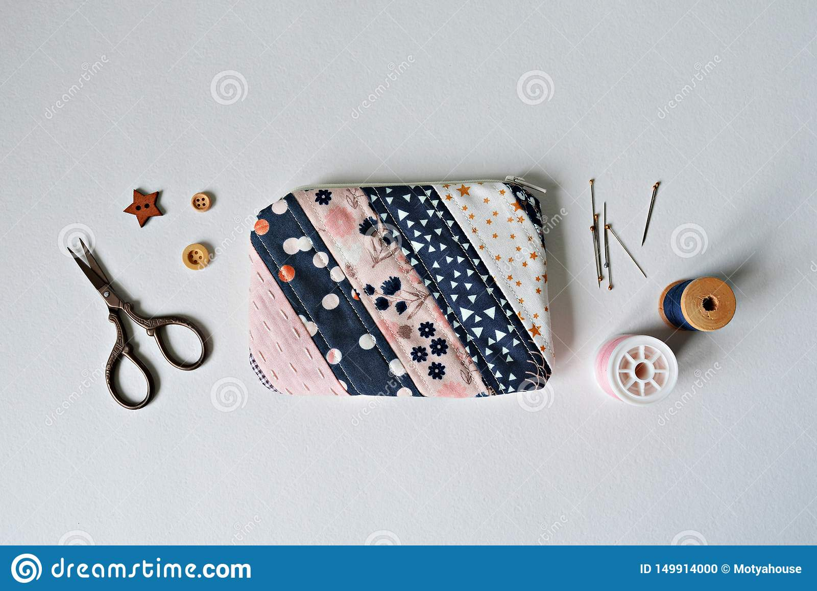 Bolsa acolchada de la noción del remiendo, hilo, pernos de metal, tijeras y botones de madera