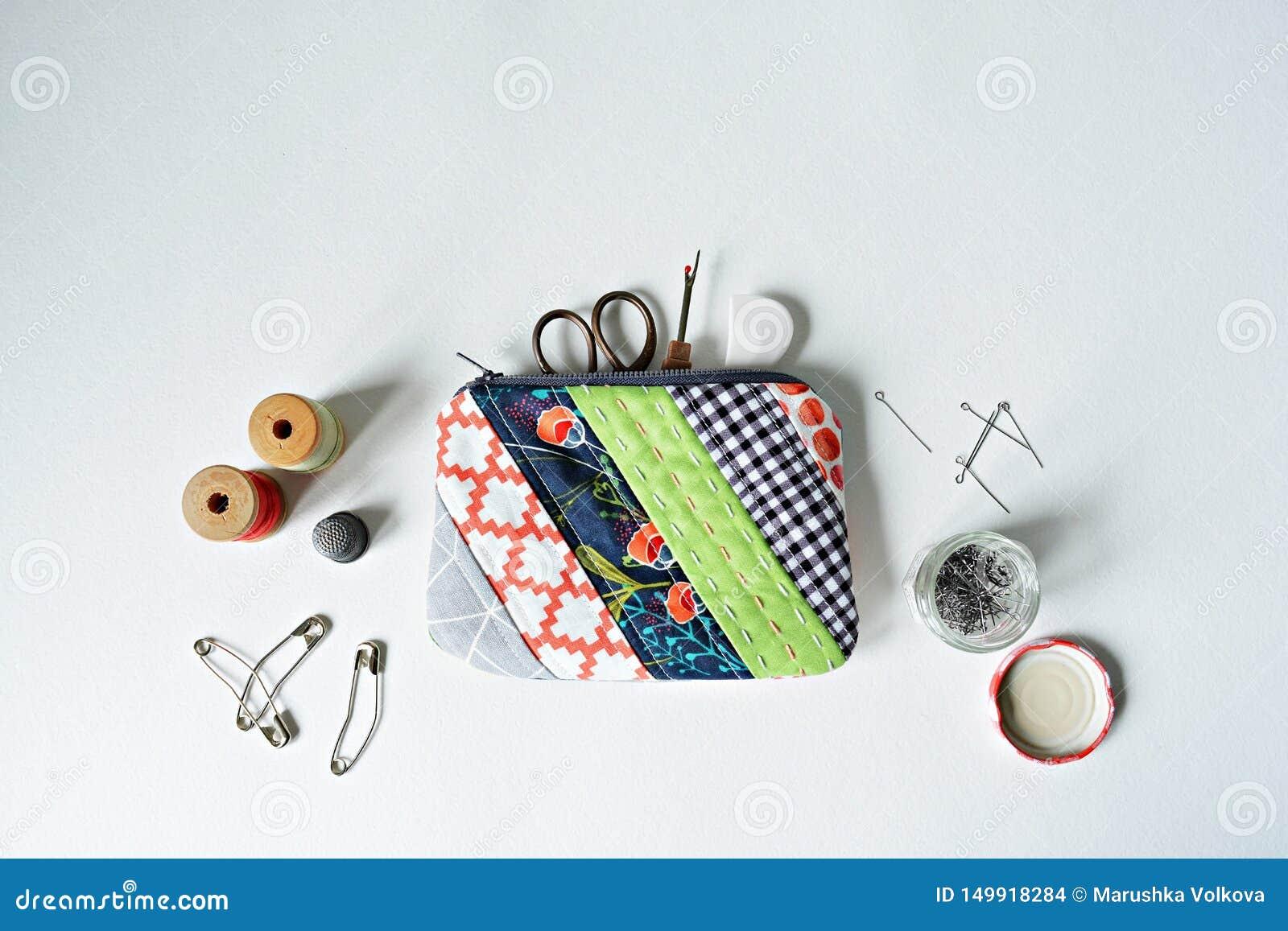 Bolsa de la noción del remiendo, hilo, pernos de metal, dedal, tijeras y destripador acolchados de la costura