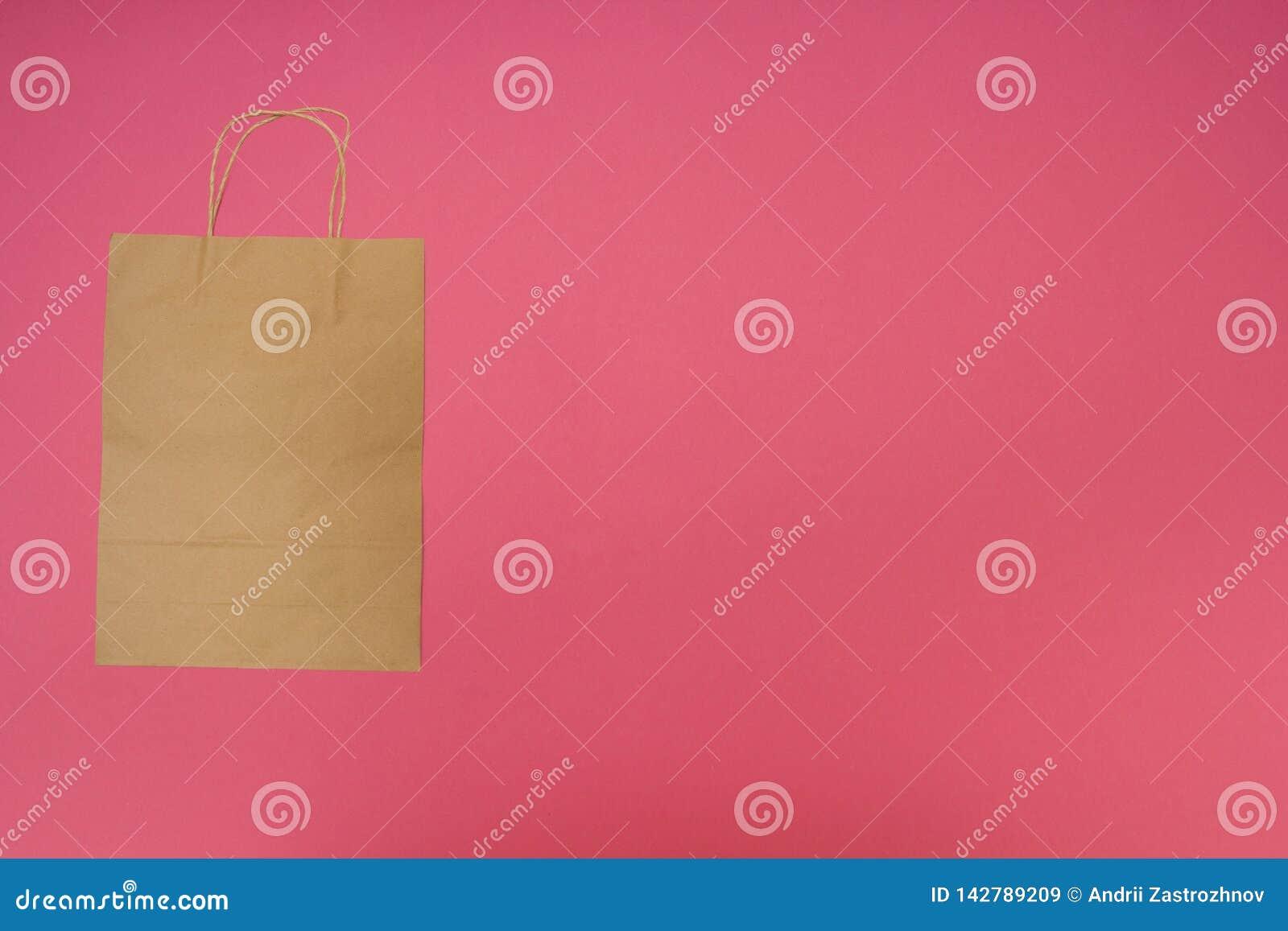 Bolsa de papel disponible en fondo rosado