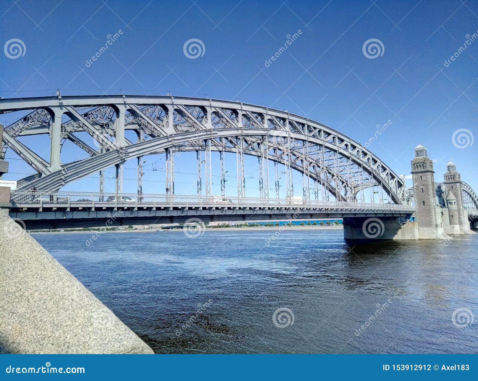 Bolsheoykhtinsky bro - en klaffbro över Neva River i St Petersburg bro stora peter