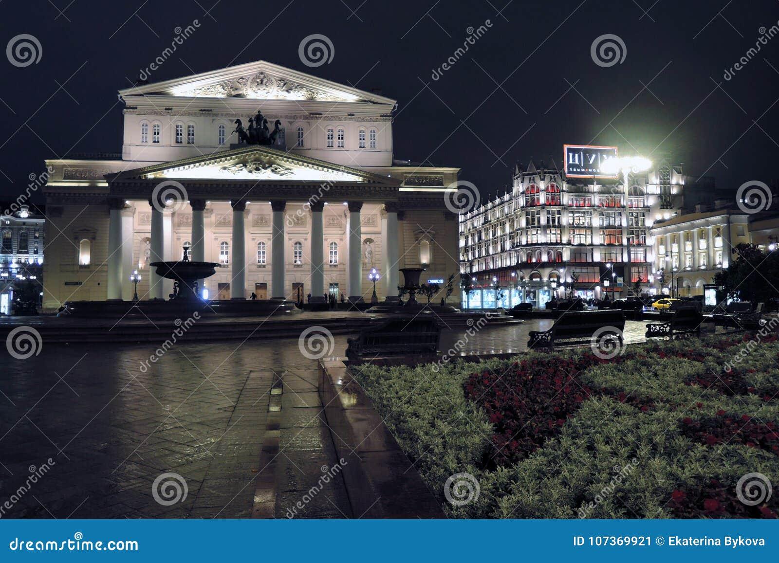 Bolshoy teaterhistorisk byggnad i Moskva förtöjd sikt för nattportship