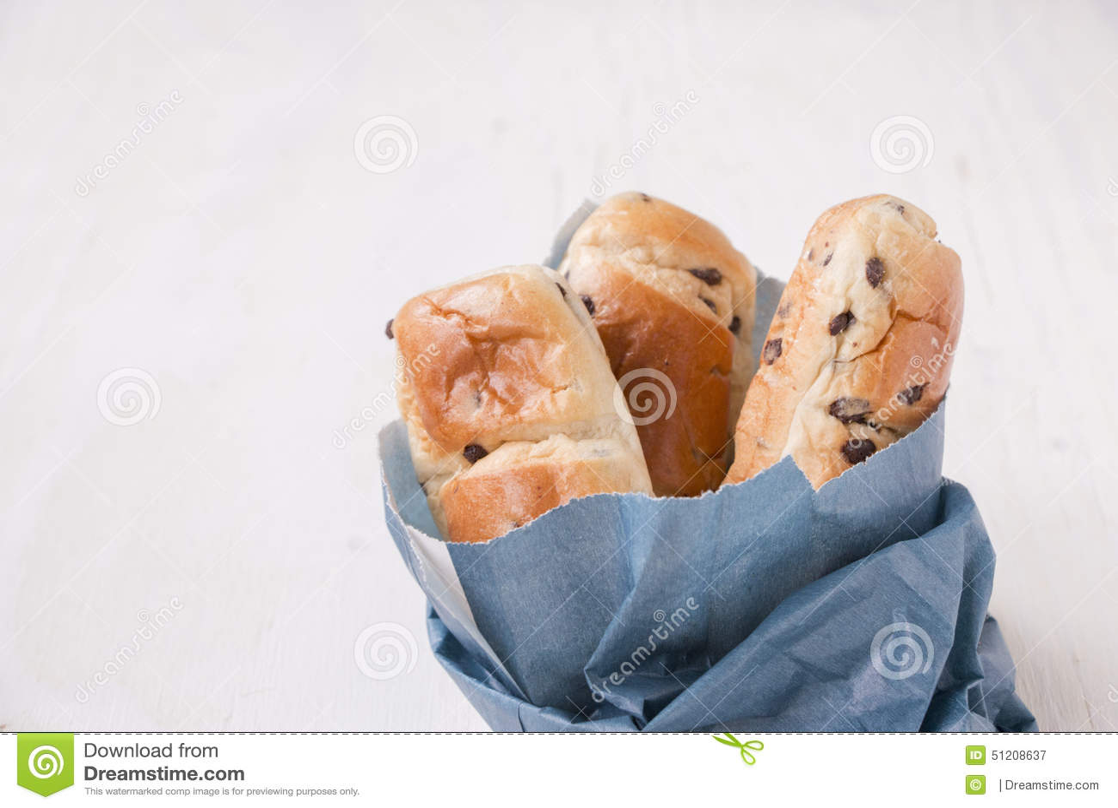 Bolso azul de papel con los mini panes del bollo de leche