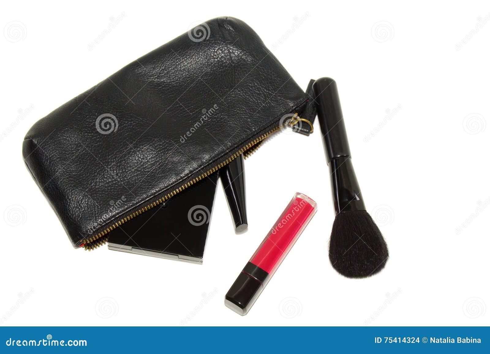 Bolso cosmético negro y diversos productos de maquillaje en el fondo blanco con las sombras suaves