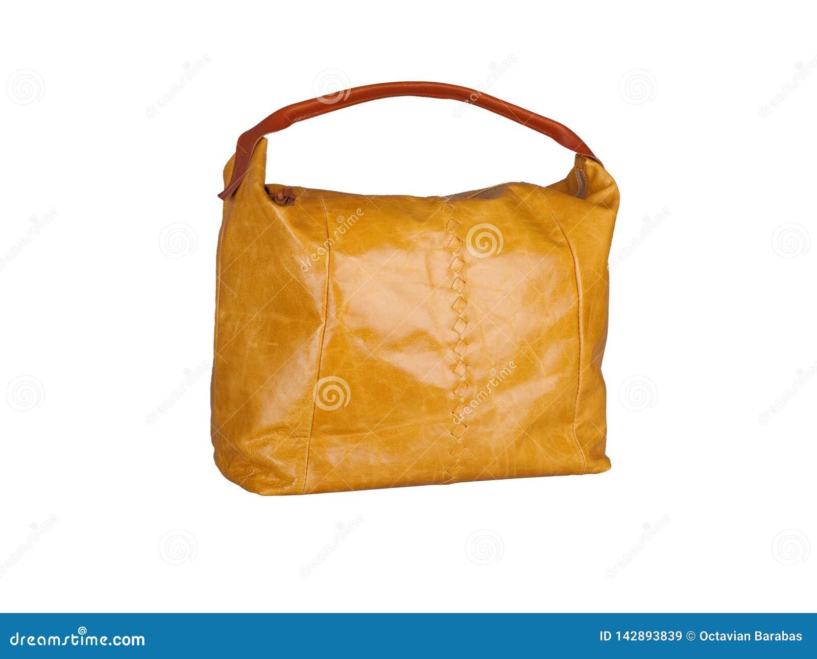 Bolso de cuero anaranjado aislado en el fondo blanco
