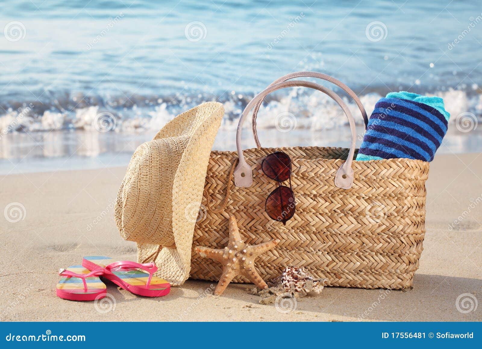 Bolso de la playa del verano en la playa arenosa