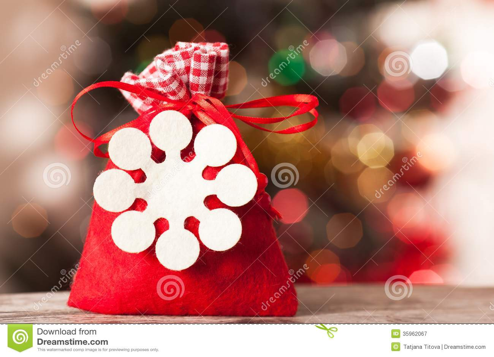Bolso de Papá Noel con los regalos en el bokeh del fondo