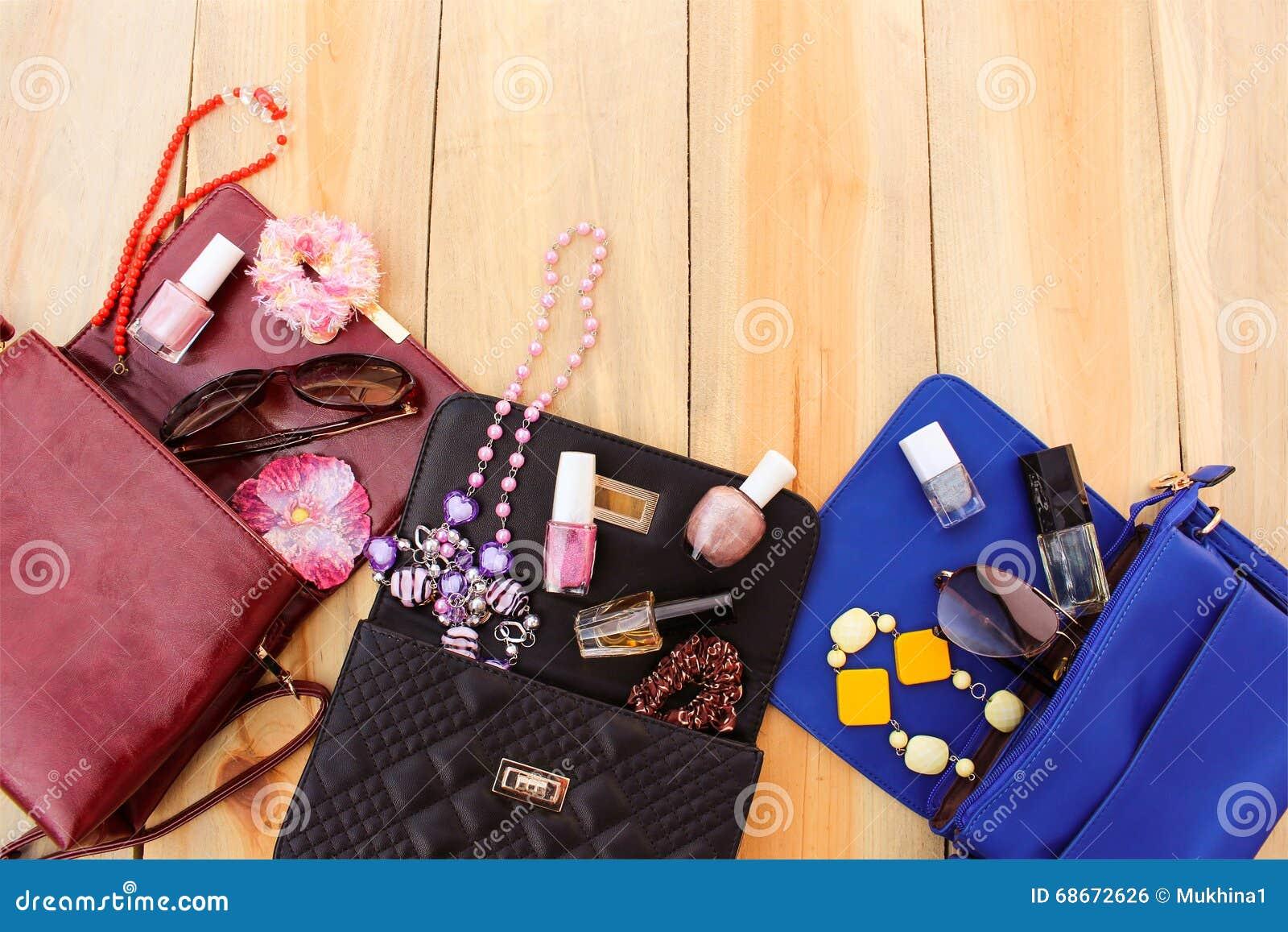 Bolsos coloreados, cosméticos, los accesorios de las mujeres