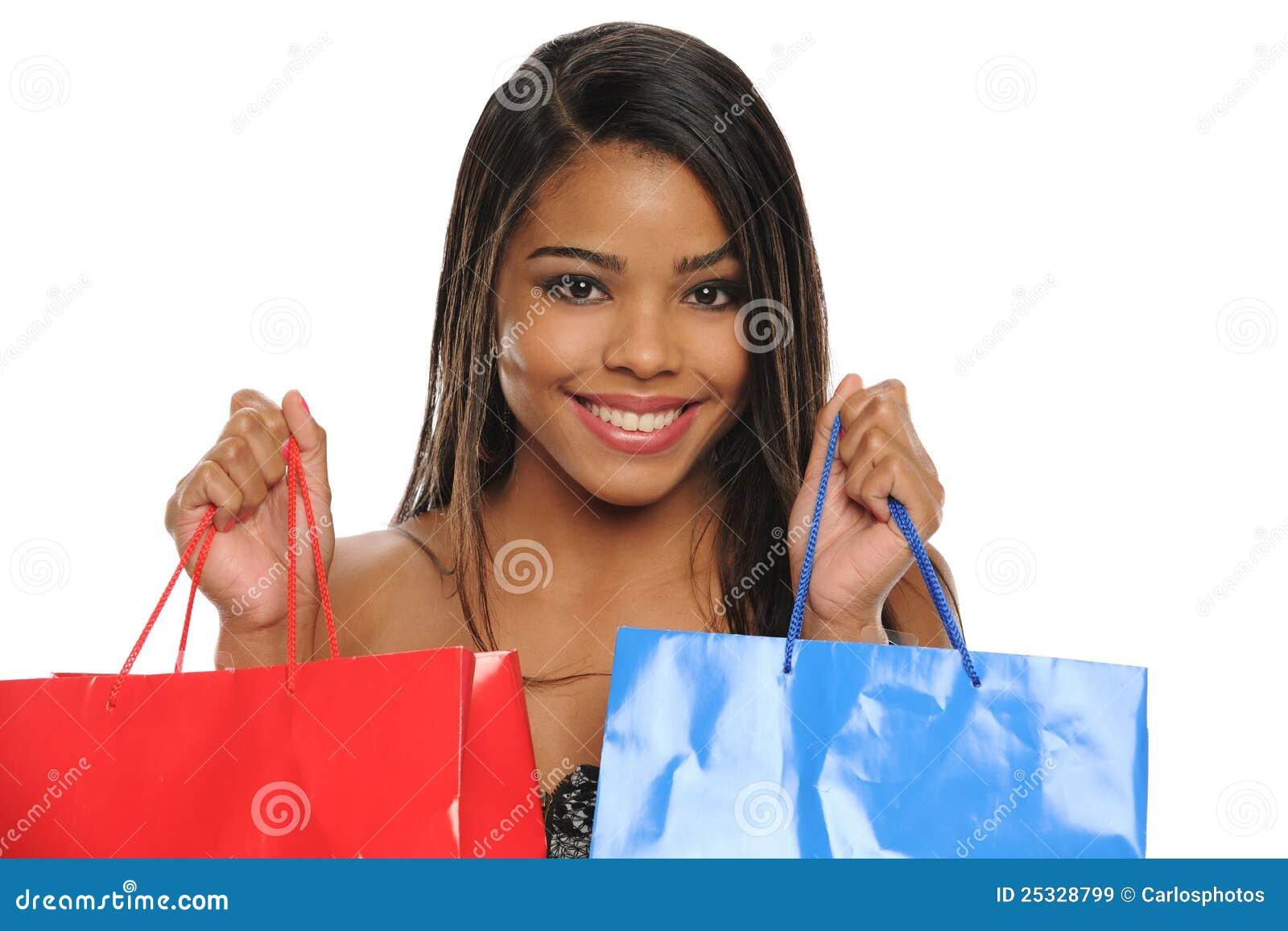 Bolsos de compras jovenes de la explotación agrícola de la mujer del afroamericano
