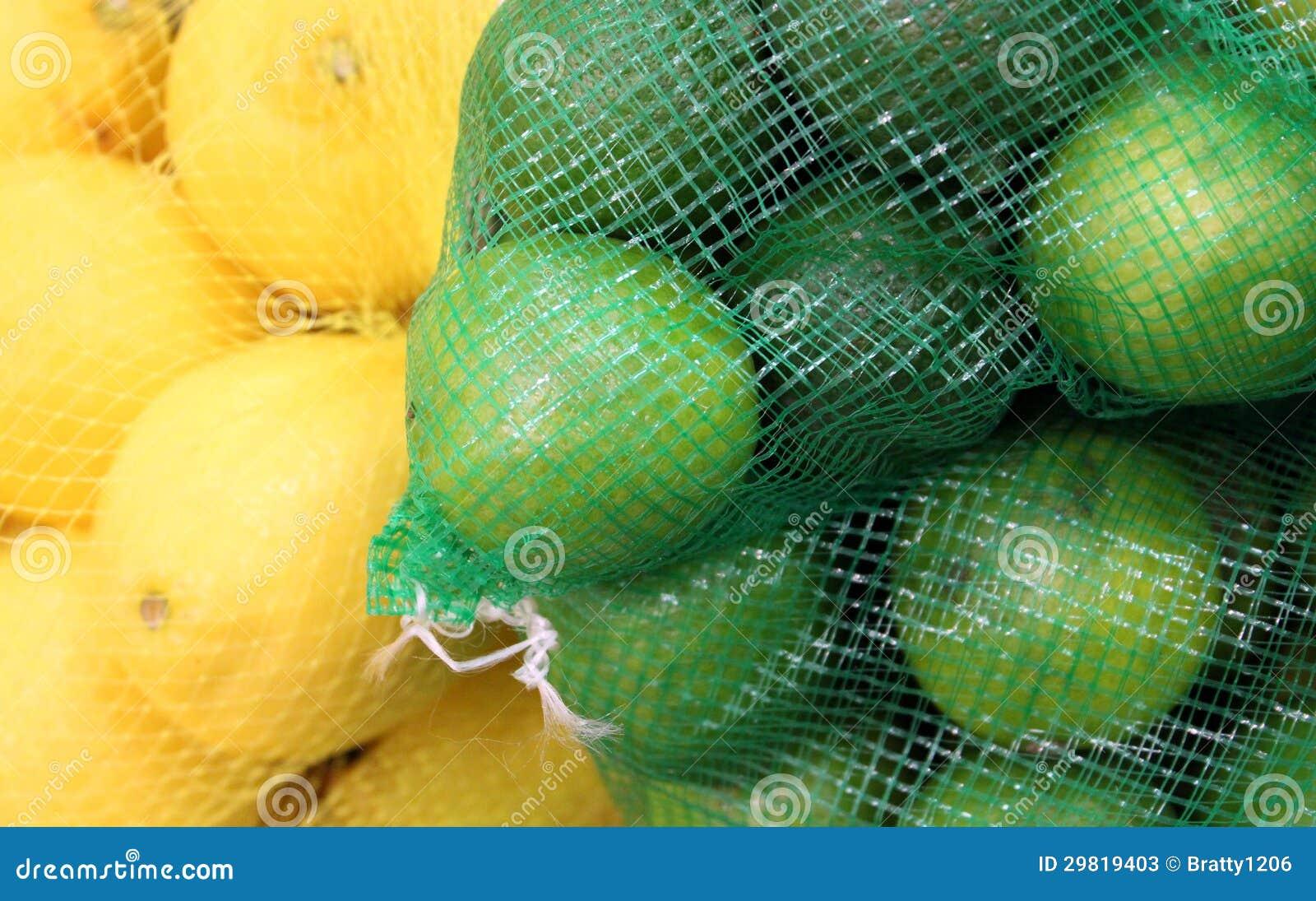 Bolsos de red con los limones y las cales
