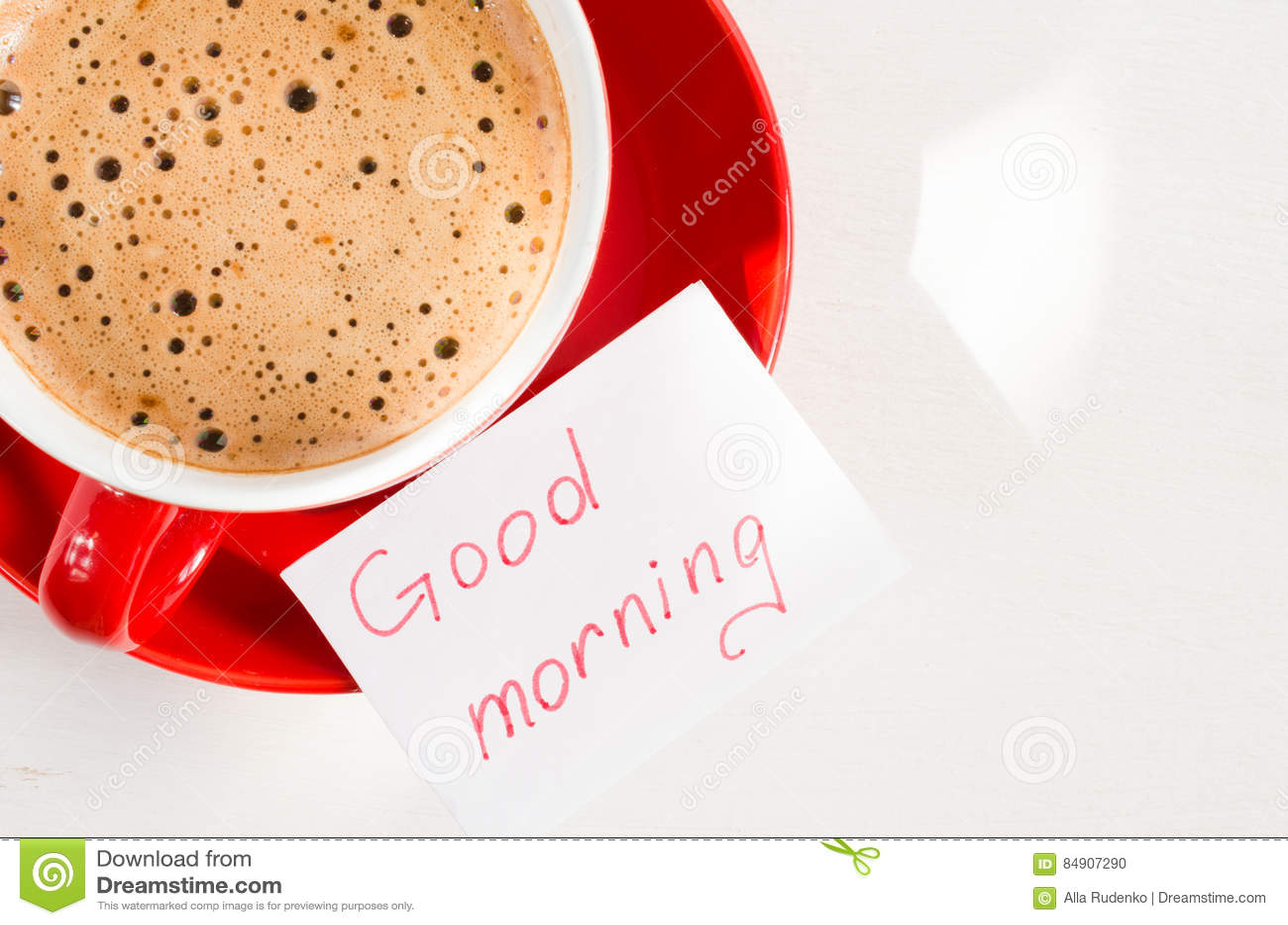 Bom dia da caneca e das notas do cappuccino na tabela rústica clara