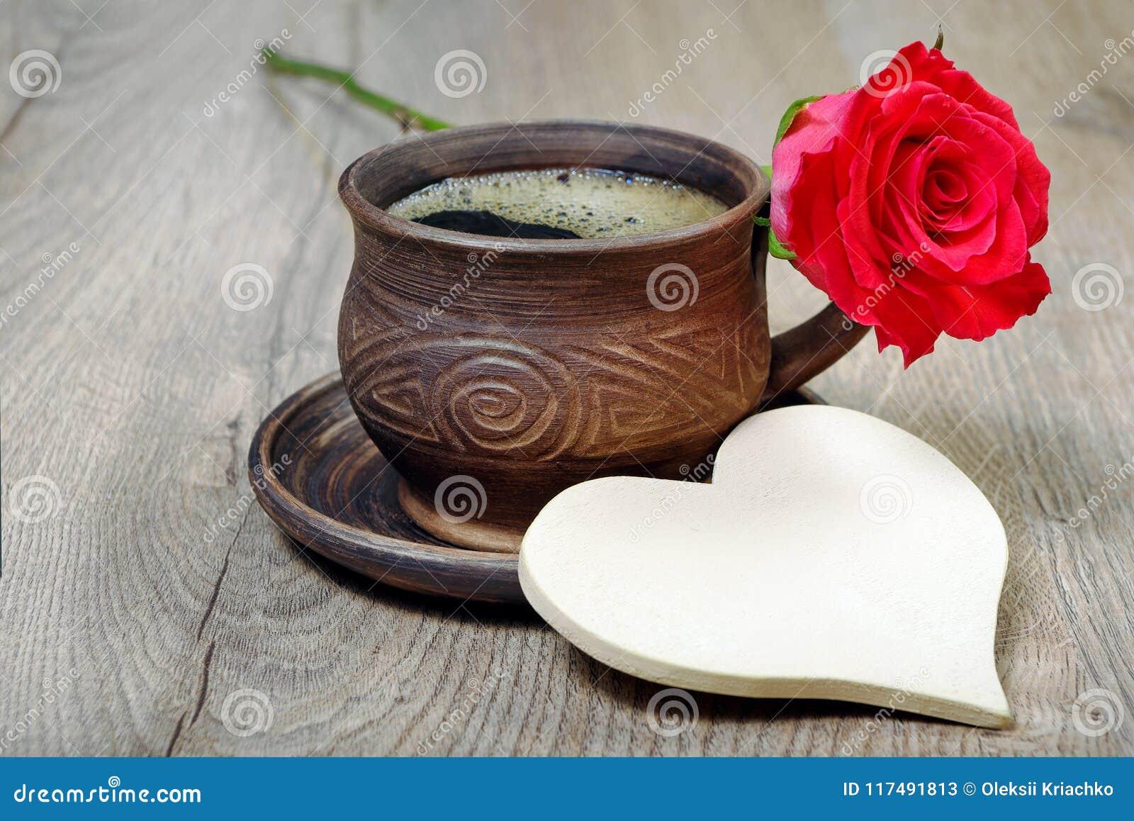 Uma Flor De Bom Dia: Bom Dia Uma Xícara De Café E Uma Rosa Vermelha Imagem De