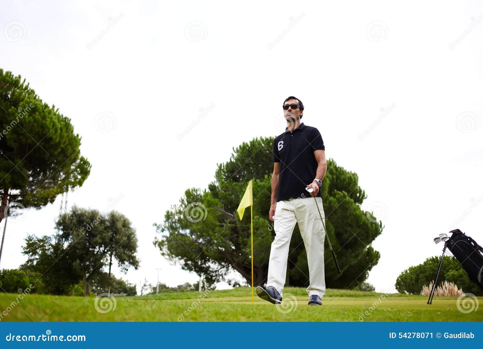 Bom jogo de golfe no dia de verão ensolarado no curso