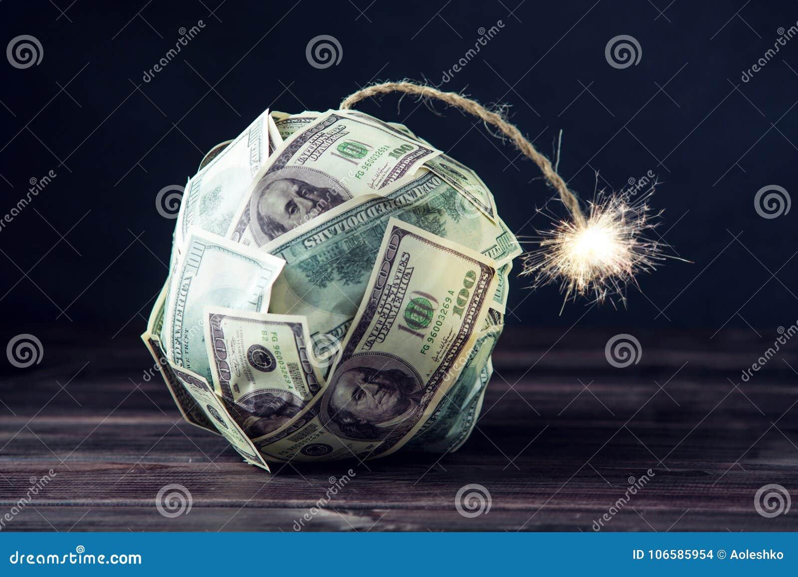 Bomba de los billetes de dólar del dinero ciento con una mecha ardiente Poca hora antes de la explosión Concepto de crisi financi