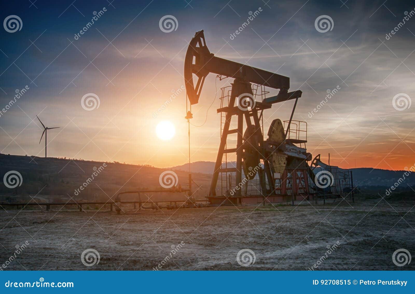 Bomba de petróleo en puesta del sol