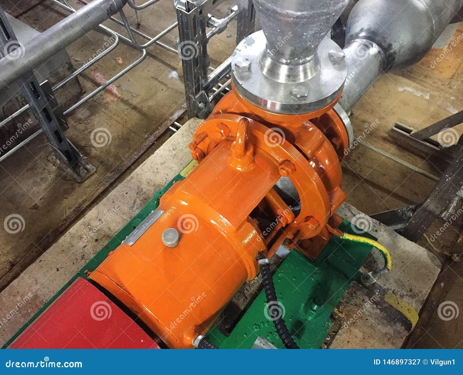 Bomba e motor em uma facilidade industrial Advirta o equipamento na a??o Detalhes e close-up