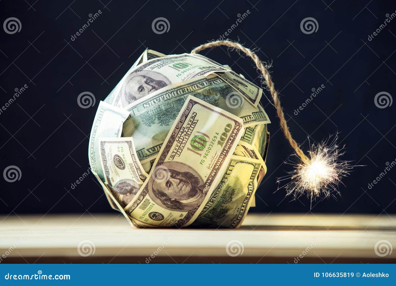 Bombardera av pengar hundra dollarräkningar med en brinnande filt Liten tid för explosionen finansiell begreppskris