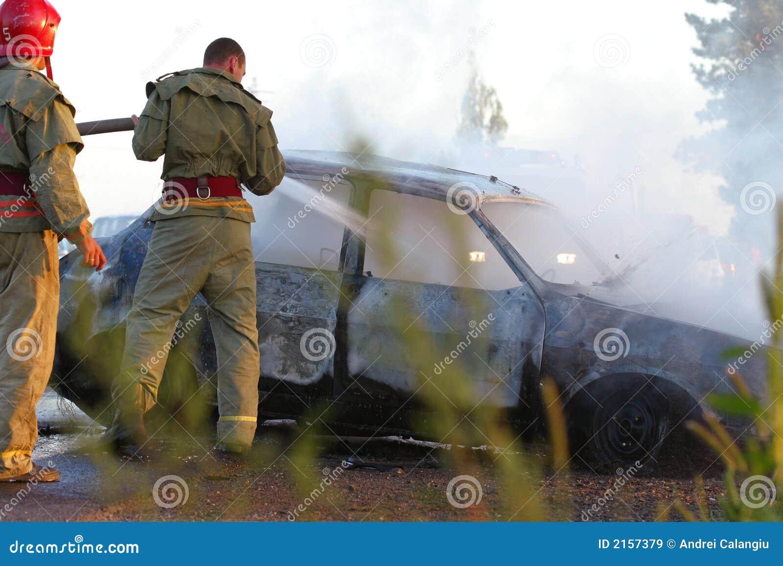 Bombeiros em choque de carro
