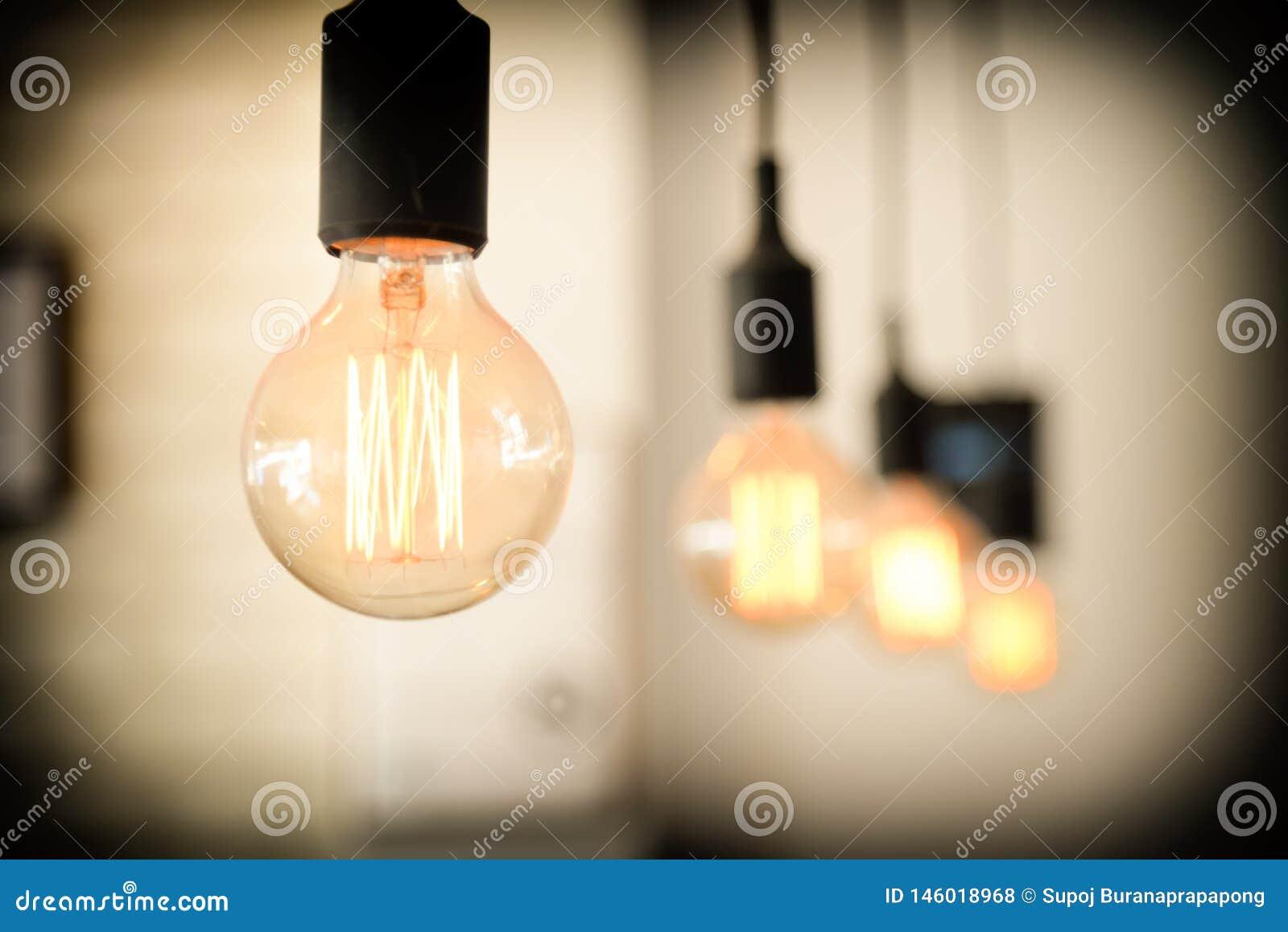 Bombillas contra fondo de la pared el brillar intensamente ligero de lujo retro de la lámpara Bombillas interiores modernas del r