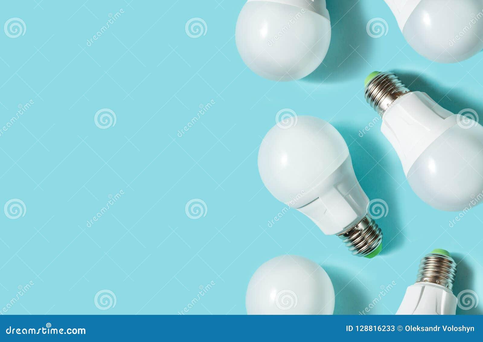 Bombillas del LED en fondo azul del color Endecha plana Modelo